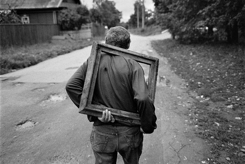©Эмиль Гатауллин. «Ноша. Козьмодемьянск, Марий Эл. 2013»