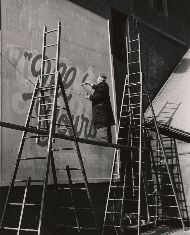 Художник, рисующий вывески, на Таймс Сквер, 1946. Todd Webb Archive/Museum of the City of New York