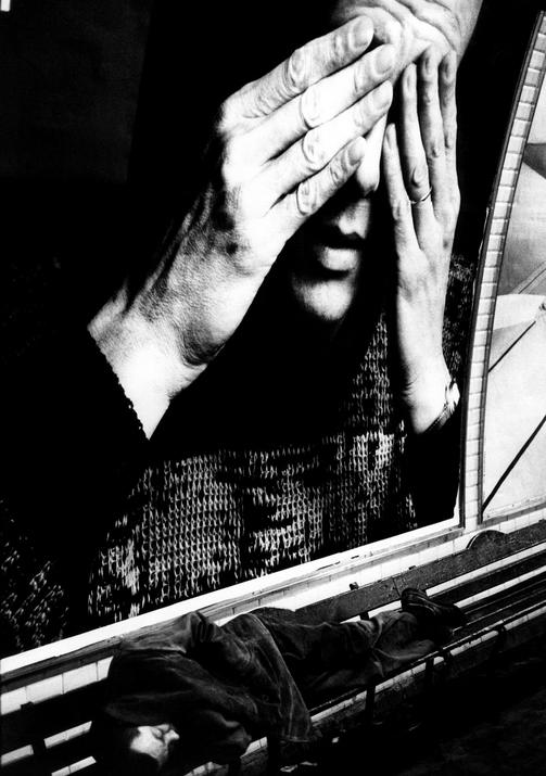 Бездомный спит в парижском метро, 1991. Stanley Greene/Noor