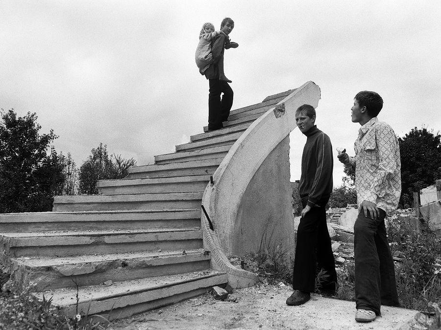 ©Борис Регистер. «Мне бы в небо! Посёлок Железнодорожный, Калининградская область. 2006»