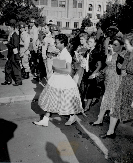 Неизвестный автор, «Элизабет Экфорд идет в Центральную Старшую школу, Литтл Рок, Арканзас, 1957 год. Желатин-серебряный отпечаток