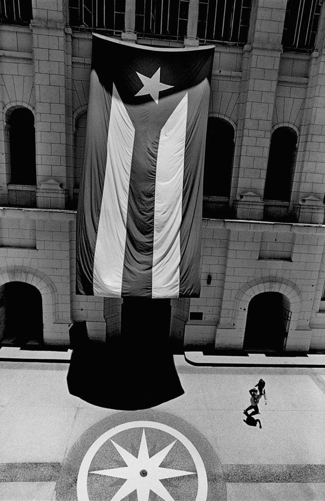 Музей Революции, Гавана, 2015. Photo © 2017 Elliott Erwitt/Magnum Photos. From the book Cuba by Elliott Erwitt, published by teNeues.
