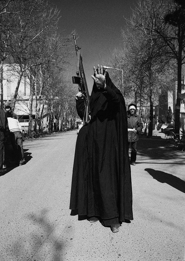 Женщина поднимает руку в защитном жесте © Kaveh Kazemi/Getty Images