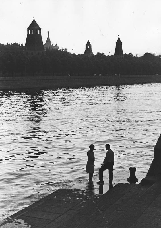 У реки. Москва, Кремлевская набережная, 1966. Серебряно-желатиновый отпечаток. Собрание МАММ