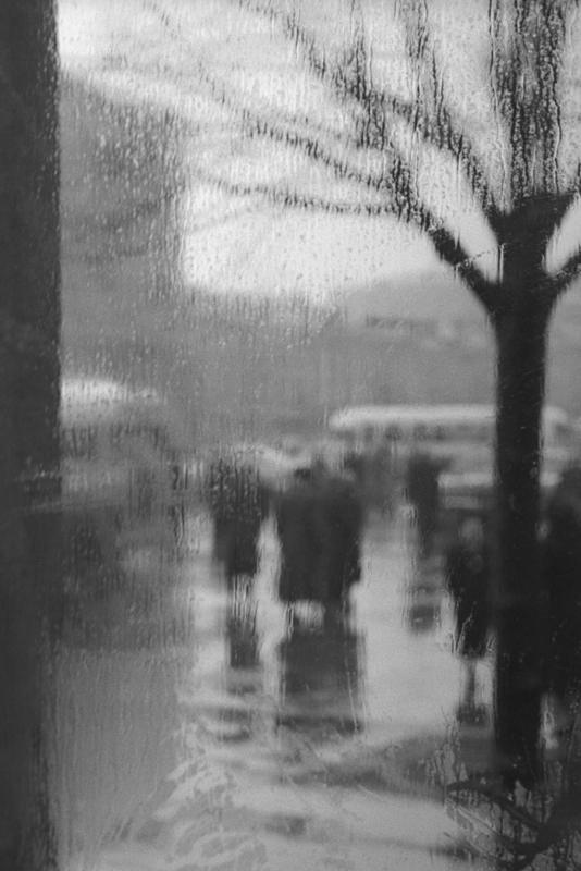 Дождь. Москва, 1959. Серебряно-желатиновый отпечаток. Собрание МАММ