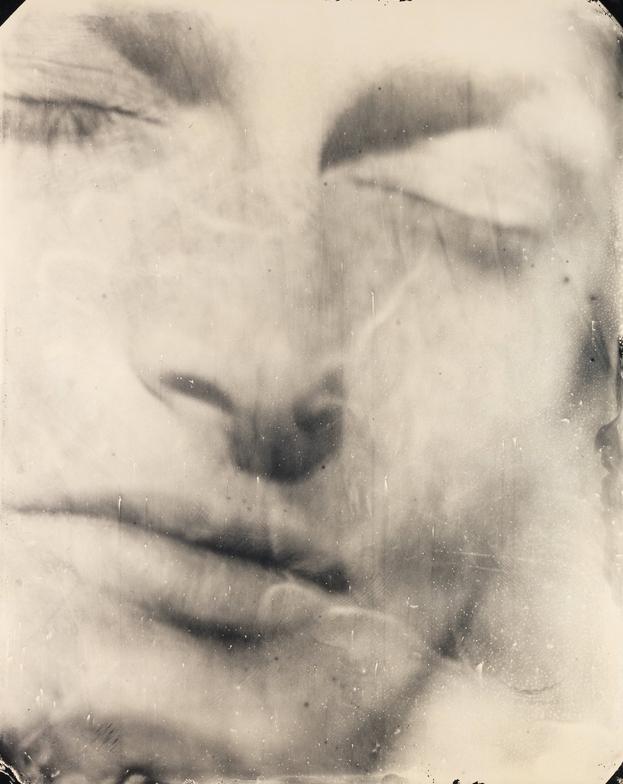 Джесси 25. Крупноплановый портрет выросшей дочери фотографа – иносказание хрупкости и смертности. 2004 ©Sally Mann