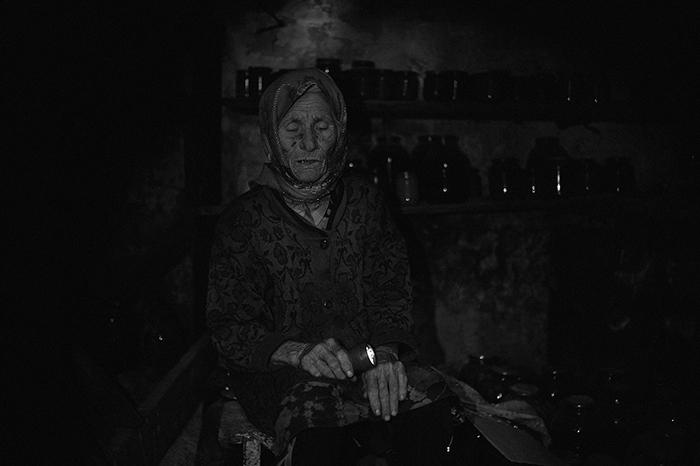 Валентина Шепуля, 85 лет, житель деревни Желобок, расположенной в80 кмот Луганска. Дом, в которм она жила с мужем был разрушен попаданием снаряда. Сейчас живет в чужом доме. Скоро вернется хозяин дома и она не знает где будет жить. Из серии «Под землёй» © Валерий Мельников/Россия сегодня