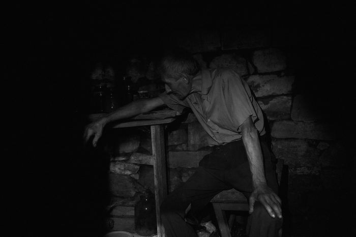 Владимир Кошеленко, 65 лет, житель села Веселое расположенного около Донецкого аэропорта. Провел в подвале своего дома уже более 4 месяцев. Из серии «Под землёй» © Валерий Мельников/Россия сегодня