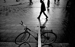 У силуэтов – собственная жизнь. Александр Слюсарев. Велосипед. 1991