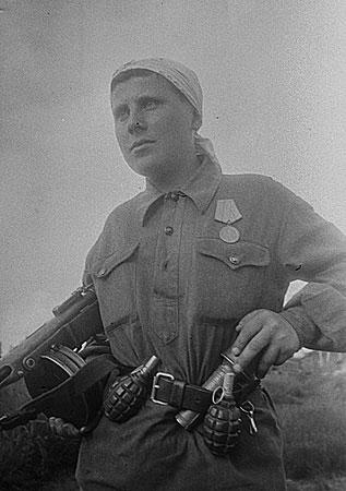 Н. МаксимовЮная партизанка Мария Кузьмина (18 лет), награжденная медалью «Партизану Отечественной войны» II степени (она организовала взрыв двух мостов, пустила под откос 4 эшелона, захватила «языка») 1943 РГАКФД
