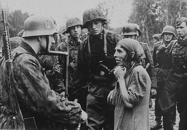&copy;Неизвестный автор (съемка немецко-фашистских авторов). «Автор неизвестен<br>Гитлеровский офицер допрашивает пойманную советскую женщину-разведчицу. Октябрь 1941.<br> РГАКФД»