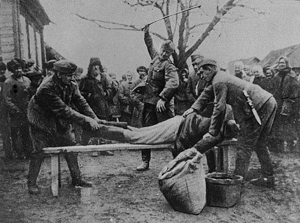 &copy;Неизвестный автор (съемка немецко-фашистских авторов). «Гитлеровские палачи согнали жителей всей деревни на мучительное и постыдное зрелище – порку ни в чем не повинных мирных жителей (снимок найден у убитого немца)<br>1942<br>РГАКФД»