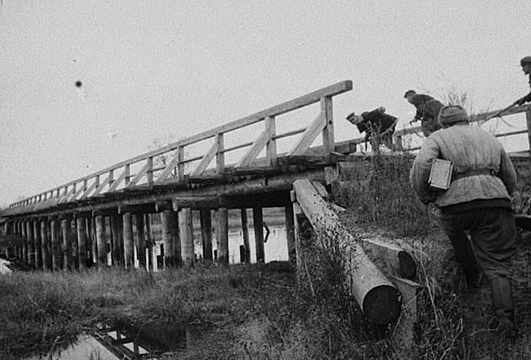 ©Михаил Трахман. «Михаил Трахман<br>Партизаны из отряда им. Ворошилова занимают мост для минирования<br>Белоруссия, декабрь 1943<br>РГАКФД»
