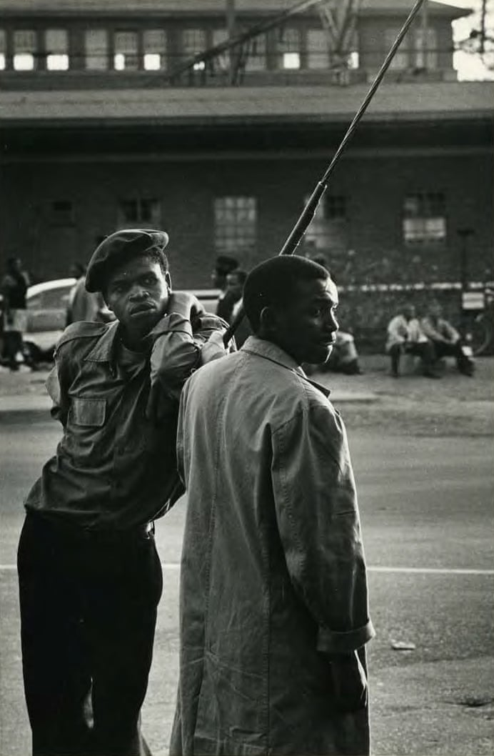 Наследники бедности. 1960. © Эрнест Коул. Он мужественно и вдумчиво документировал жизнь при апартеиде с точки зрения чернокожего. Это было опасное занятие, и в 1966 он бежал из страны, забрав с собой свои негативы.