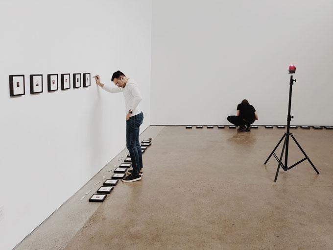 Фотограф Рафаэль Солди развешивает экспозицию.