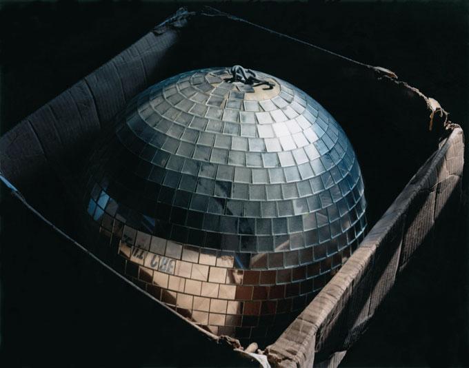 «Дискотечный шар в коробке, Коннектикут», фото Лисы Керези.