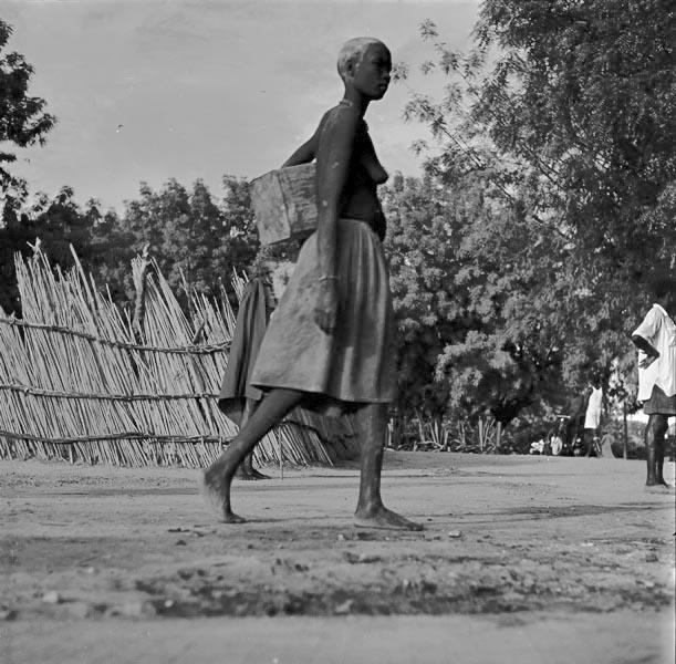 Николай Драчинский. Женщина торопится на рынок. Манакеле. Провинция Верхний Нил. Судан. 1957 © Архив Николая Драчинского, собрание Аллы Вахромеевой
