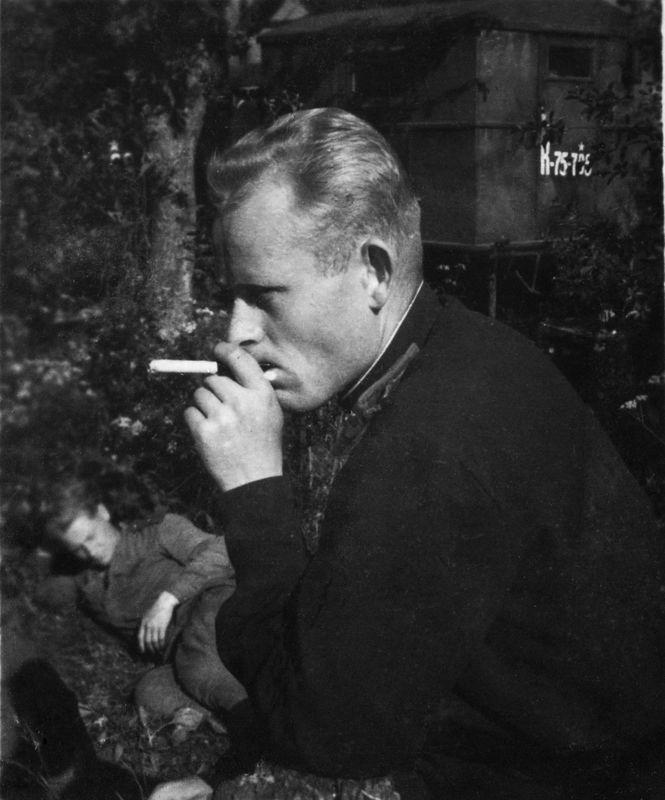 ©Коновалов Александр Васильевич. «Привал. Коновалов. 1944. Бумага, черно-белая фотопечать. 30 х 20 см»