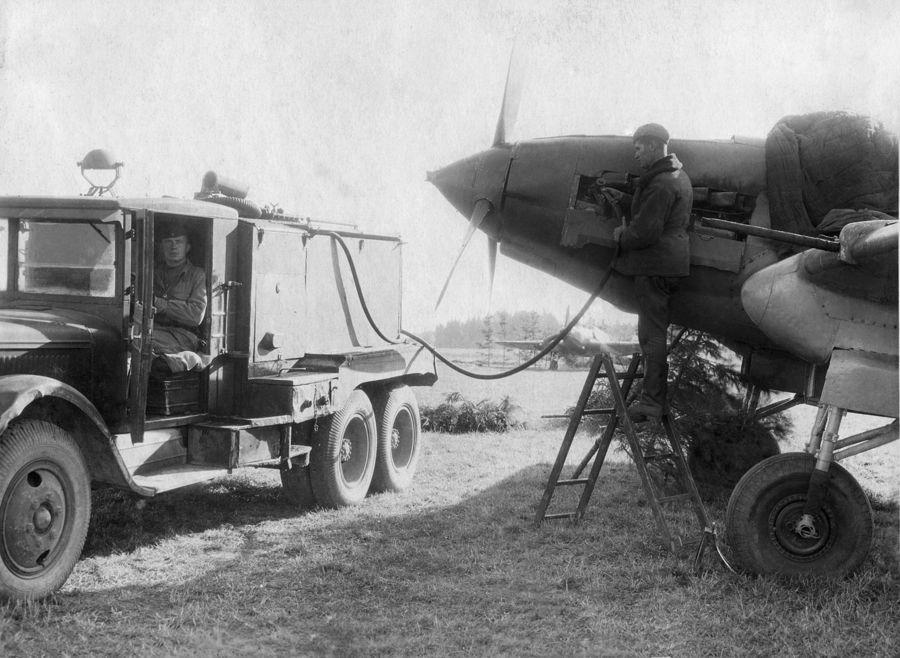 ©Коновалов Александр Васильевич. «Заправка штурмовика ИЛ-2. 1944. Бумага, черно-белая фотопечать. 30 х 45 см»