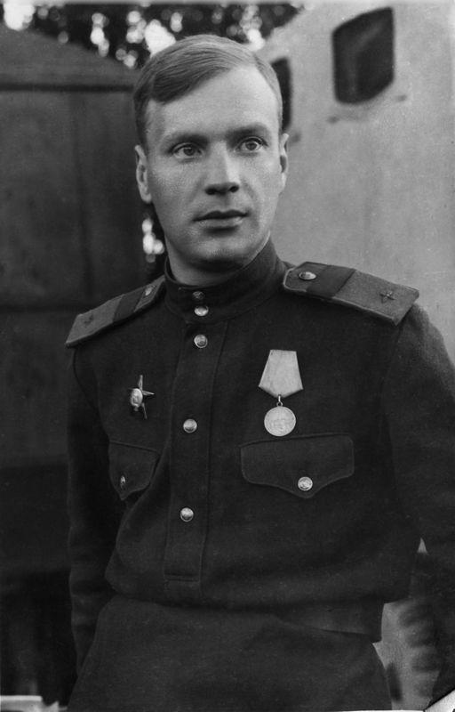 ©Коновалов Александр Васильевич. «Старший сержант Евгений Иванов. 1943. Бумага, черно-белая фотопечать. 30 х 20 см»
