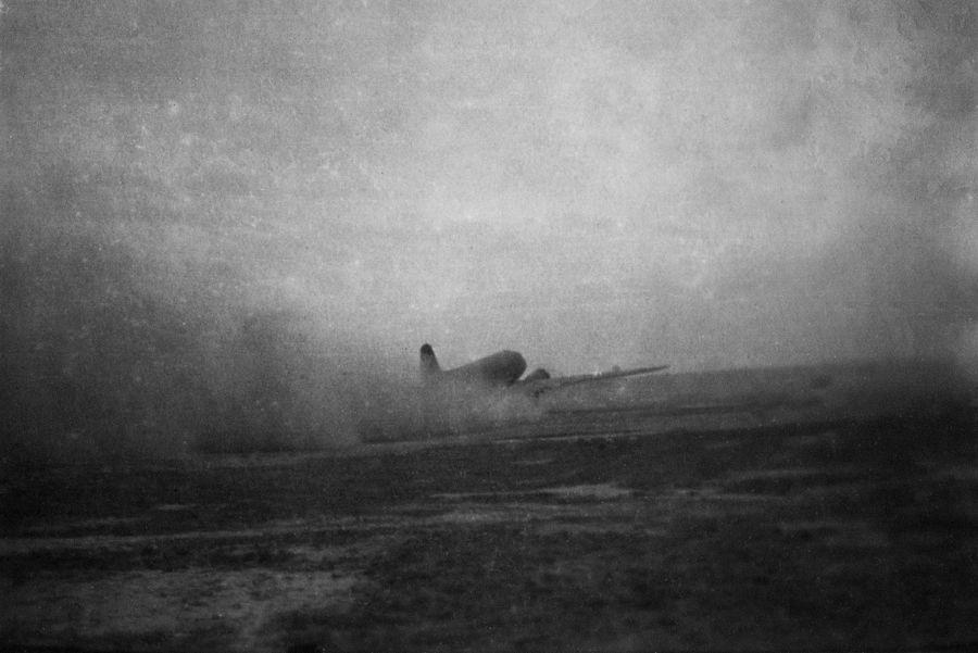 ©Коновалов Александр Васильевич. «Взлёт военно-транспортного самолёта Ли-2. 1941–45. Бумага, черно-белая фотопечать. 20 х 30 см»