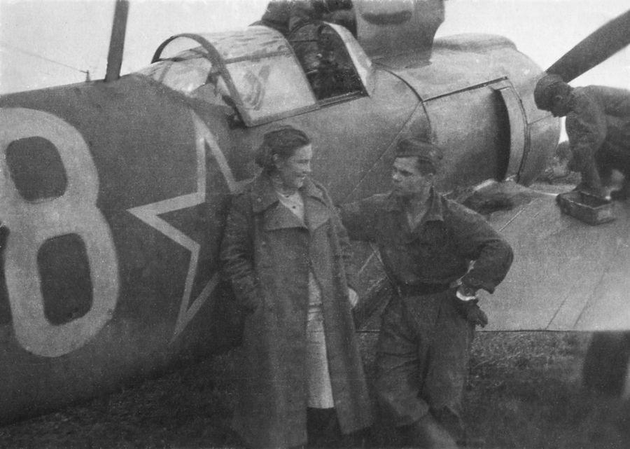 ©Коновалов Александр Васильевич. «Пара. На фоне самолета. 1944. Бумага, черно-белая фотопечать. 20 х 30 см»