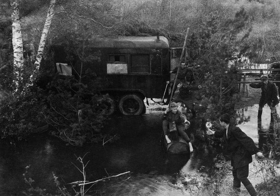 ©Коновалов Александр Васильевич. «Переправа через безымянную реку. 1944. Бумага, черно-белая фотопечать. 30 х 45 см»