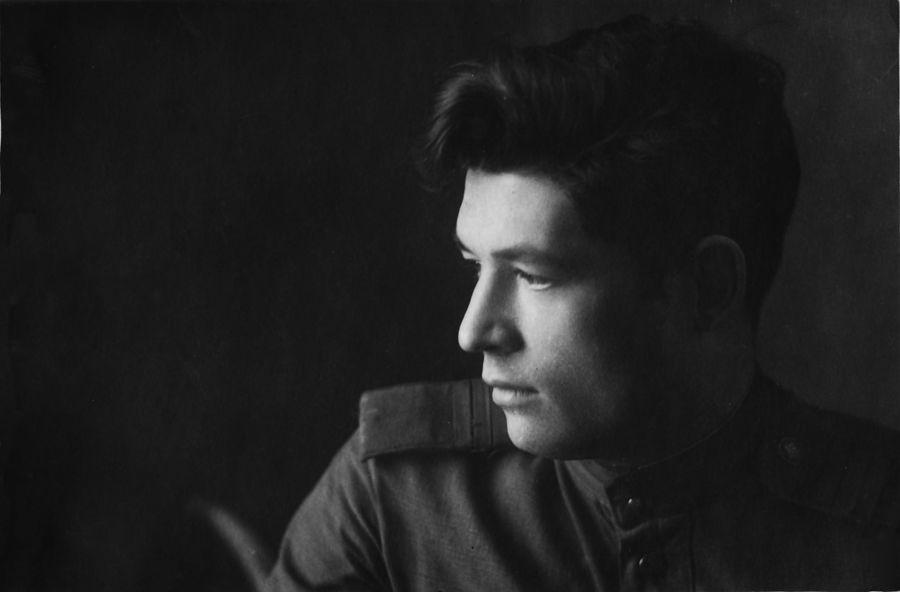 ©Коновалов Александр Васильевич. «Сержант, дешифровщик И. В. Синицын. 1941–45. Бумага, черно-белая фотопечать. 30 х 20 см»
