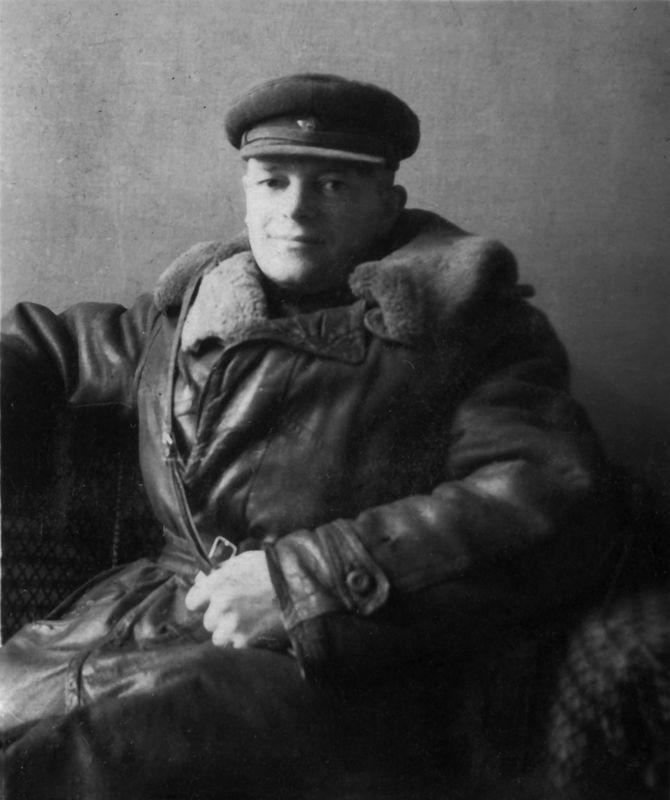©Коновалов Александр Васильевич. «Начальник фотоотдела капитан Малахов. 1946. Бумага, черно-белая фотопечать. 30 х 20 см»