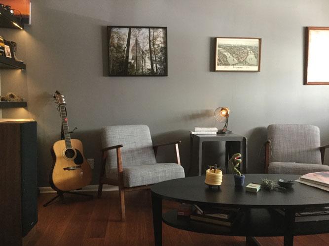 Одна из фотографий Сары Мейсел на стене дома коллекционера. «Когда я отправляю свои работы, я стараюсь внести что-то личное, чтобы человек чувствовал, что получает работу от меня», – говорит автор. PHOTO BY APRIL FRIDGES