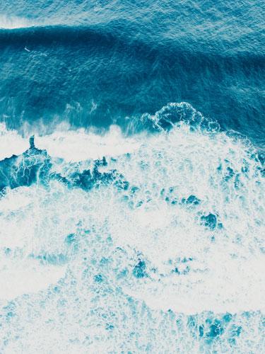 Аэрофотография Тихого океана около Кауаи, Гавайи. Она была сделана для журнала AFAR, а затем продавалась в качестве тиражного отпечатка. © KYLE JOHNSON
