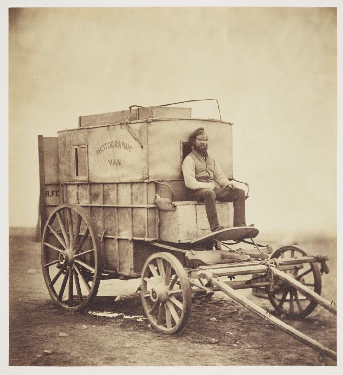 Снятый Роджером Фентоном портрет Маркуса Спарлинга , сидящего на козлах их фотографического фургона