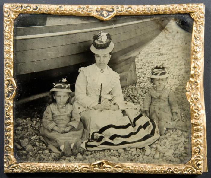 Амбротип матери с двумя детьми на пляже в 1870-х