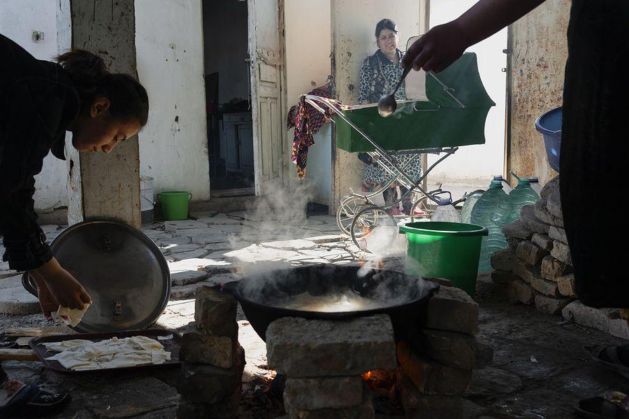 ©Анзор Бухарский. «Обычный жилой дом в старой части Бухары недалеко от Зиндана. Женщины готовят «каиш» – квадратики из теста, сваренные в воде»
