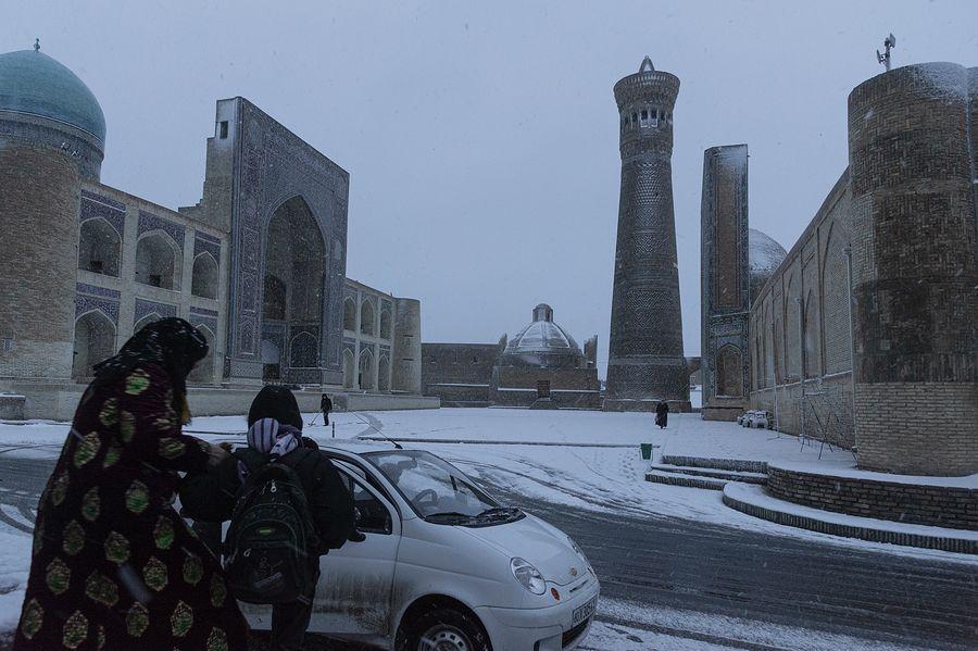 ©Анзор Бухарский. «Зимний вид на площадь Калян в Бухаре»