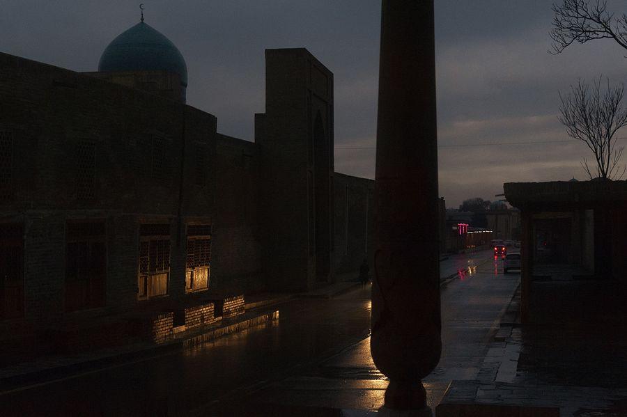 ©Анзор Бухарский. «Улица от ансамбля Пои-Калон в сторону Арка»