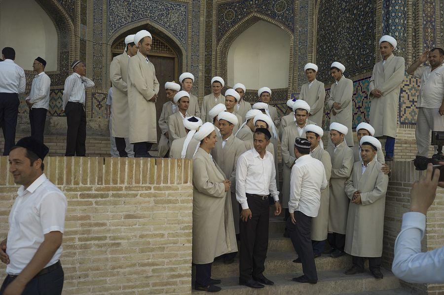 ©Анзор Бухарский. «Выпускники медресе Мири-Араб фотографируются на память»
