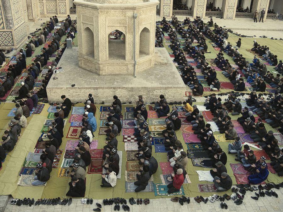 ©Анзор Бухарский. «Праздничный Намаз в главной мечети Бухары – Калян»