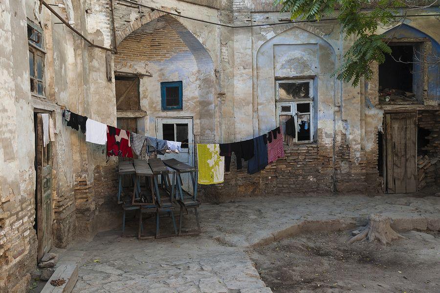 ©Анзор Бухарский. «Дворик заброшенного медресе в старой части Бухары в районе Зеленого базара»