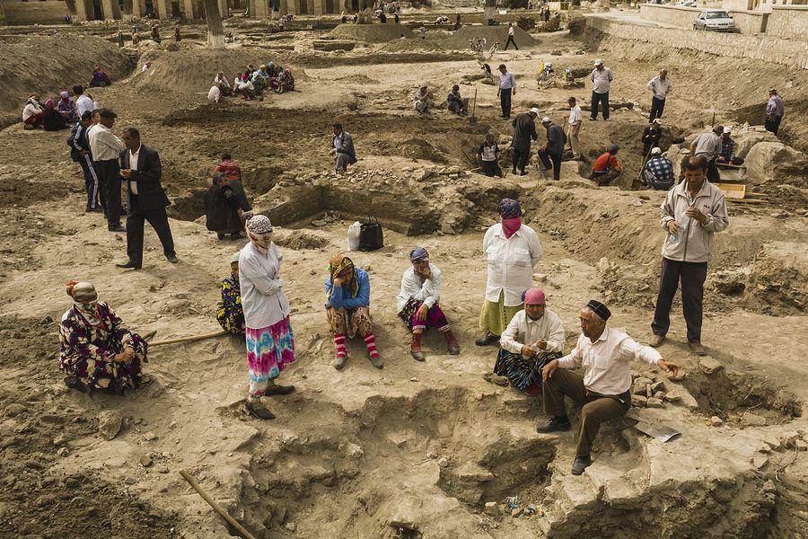 ©Анзор Бухарский. «Археологические раскопки возле мечети Магоки-Аттори»