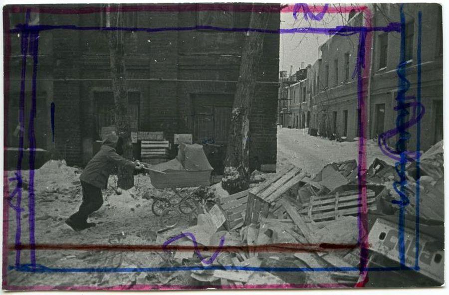 ©Дашевский Михаил Аронович. «Прогулка по Пятницкой. 1970-е (контрольный отпечаток)»