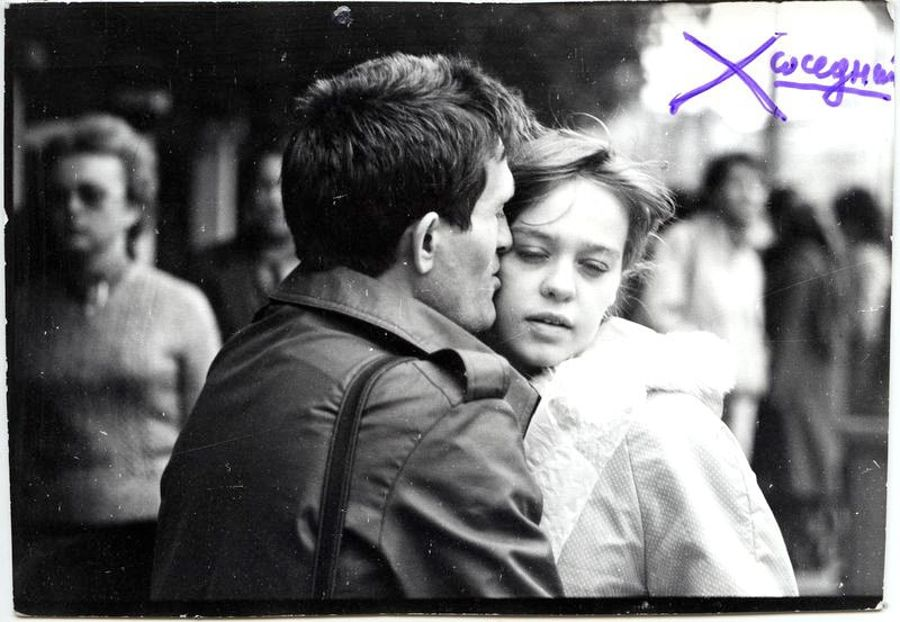 ©Дашевский Михаил Аронович. «Уличный  поцелуй. 1980-е (контрольный отпечаток)»