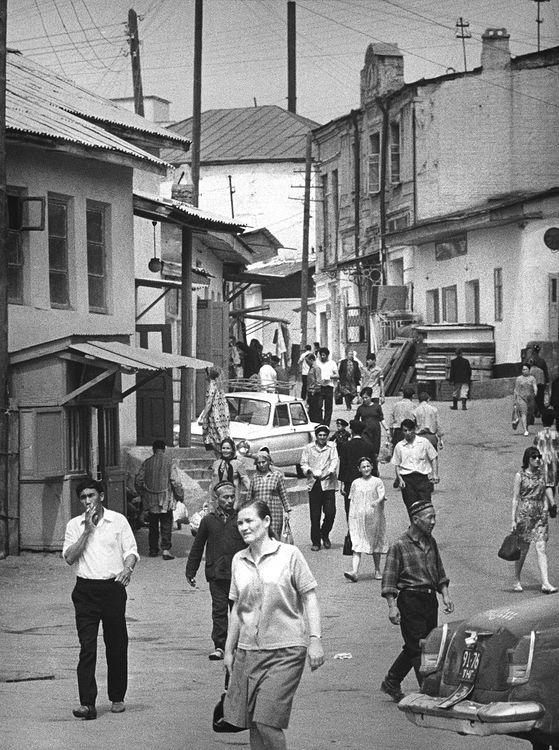 ©Дашевский Михаил Аронович. «Вход на Ташкентский базар. 1972»