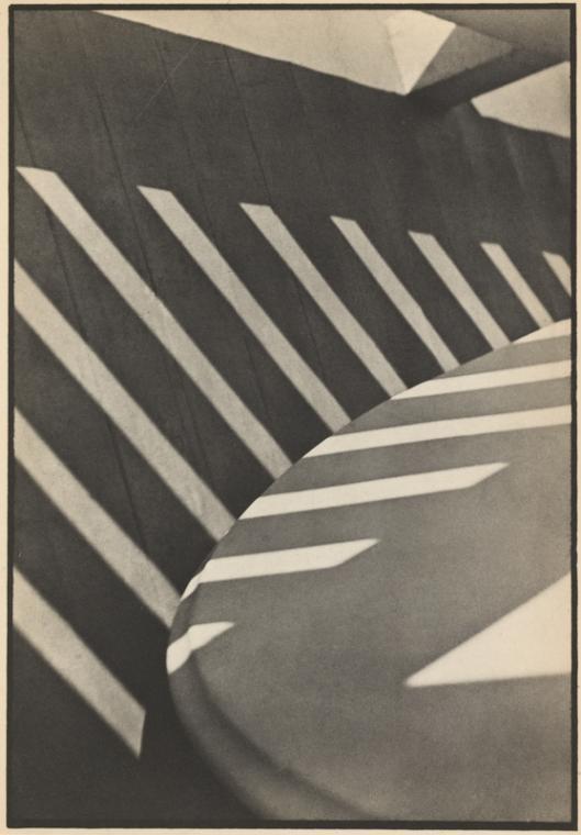 Пол Стрэнд, Фотография (тени крыльца), воспроизведённая в Camera Work в 1917 году