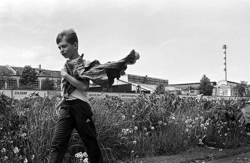©Дмитрий Черба. «Мальчик с лопухами. Тула. 2020»