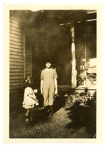 """Эта картинка двух неизвестных детей опубликована на сайте """"Look at me"""" http://www.moderna.org/lookatme. Этот сайт принимает фото анонимных авторов, найденные на помойках или блошиных рынках. Это фото прислано Sam Miller"""