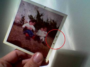 Фотолаборатория обычно размещала на полях дату печати фотографии (Объектив мобильника Nokia не позволяет разглядеть дату – июль 1976 года)