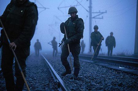 ©Николай Игнатьев. «Российские солдаты ищут противотанковые мины на железнодорожном мосту через реку Терек. Чечня, январь 1995»