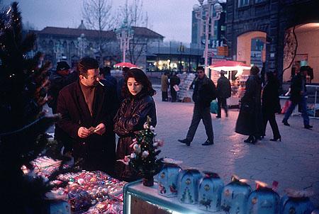 ©Николай Игнатьев. «Пара покупает новогодние подарки на улице Баку, Азербайджан»