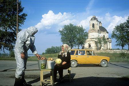 ©Николай Игнатьев. «Замеры радиации -  овощи выращенные в деревне Муслимово, зоне экологического бедствия в Челябинской области»
